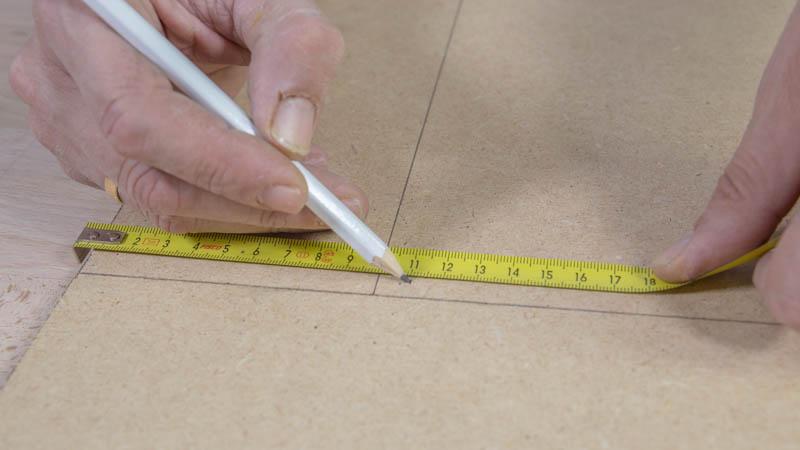 Marca con un lápiz sobre la madera al menos un centímetro inferior al tamaño del espejo