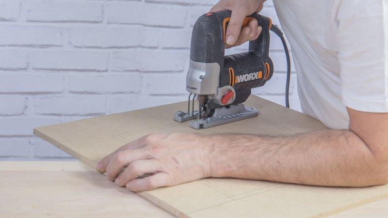 Sierra de calar cortando madera