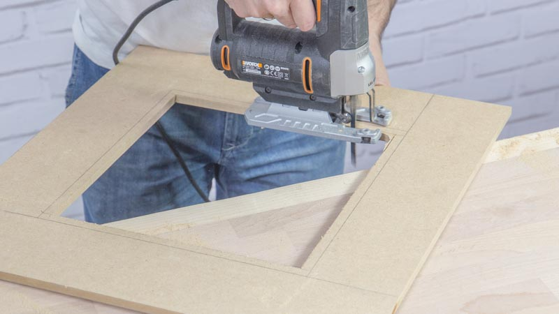Sierra de calar cortando una madera para hacer un marco
