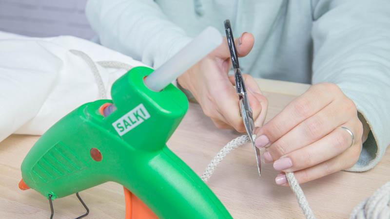 Instalación del cordón que permitirá cerrar el saco de tela