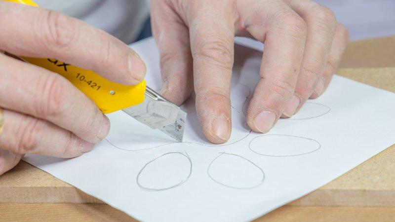Cúter cortando el papel que hace de plantilla