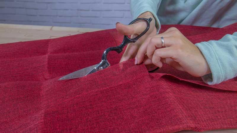 Tijeras cortando la tela de saco
