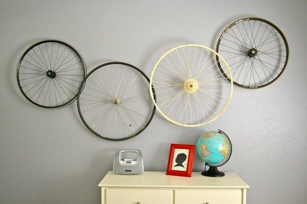 decora con ruedas de bicicleta recicladas