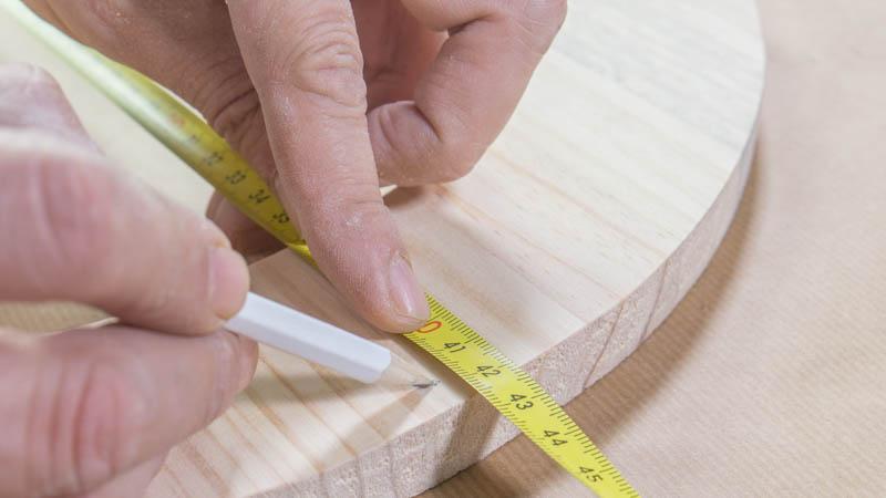 Marcado de los puntos de union entre la madera y el neumatico
