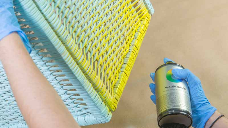 Decoración de una cesta de ratán con efecto degradado usando un spray en base agua
