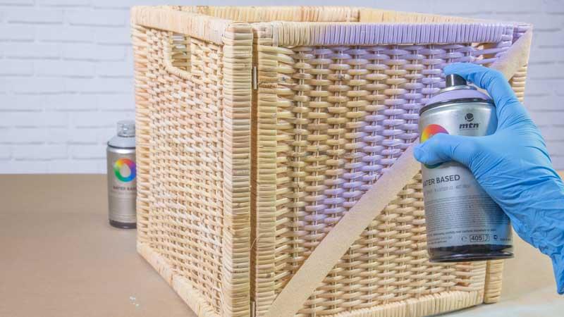 Decoración de la cesta de ratán con diseño en diagonal