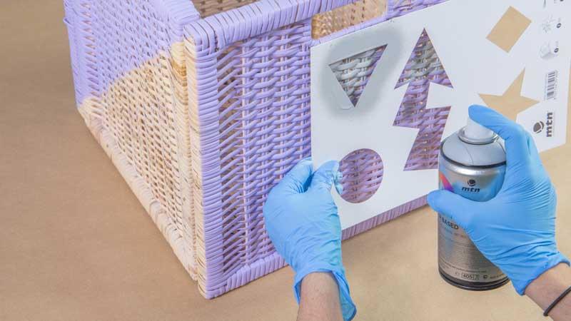 Decoración de la cesta con motivos geométricos usando una plantilla