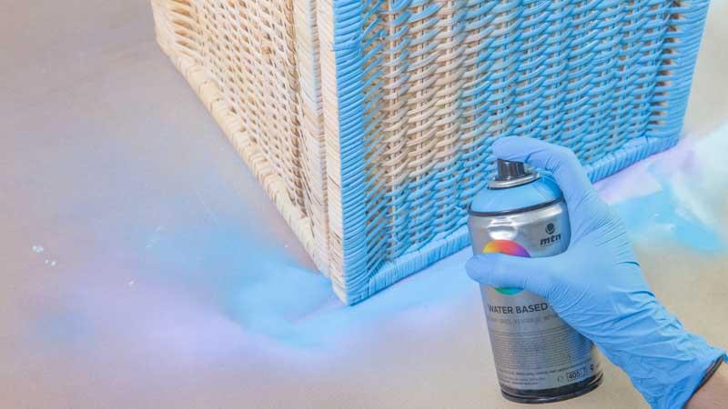 Aplicación de pintura en spray sobre la cesta