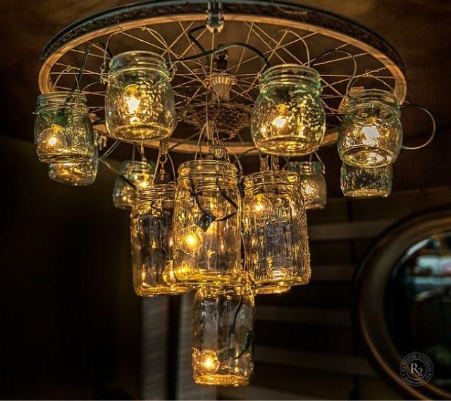 lámpara vintage con una rueda de bici y botes de cristal reciclados