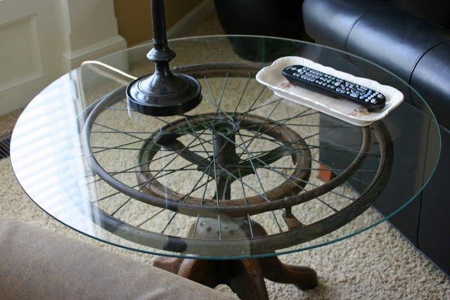 mesa con una rueda de bicicleta reciclada