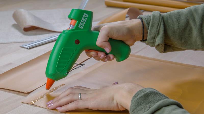 Unión de las piezas del bolso con pistola termoencoladora