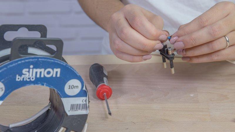 Instalando la clavija de conexión a la corriente