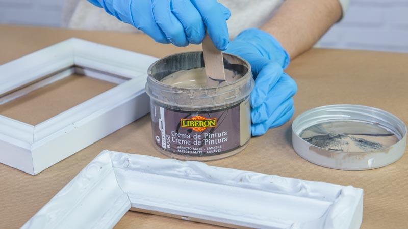 Palito de madera removiendo la crema de pintura