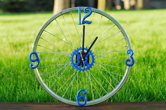 reloj hecho con una rueda reciclada de bici