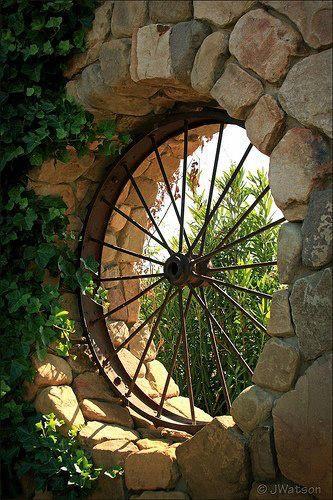 ventana rústica utilizando una rueda reciclada