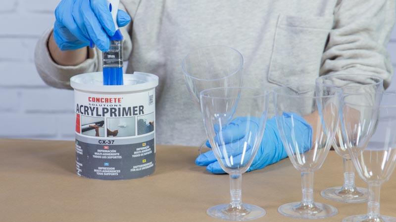 Aplicación de la imprimación sobre las copas de plástico
