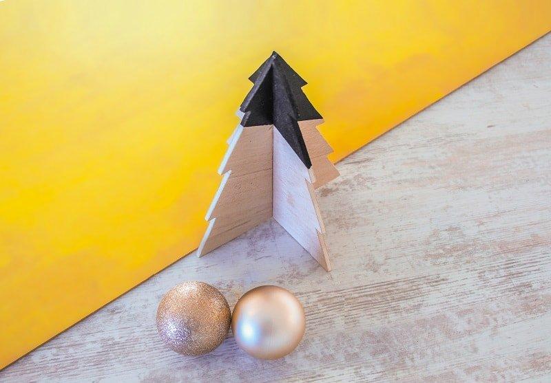 Árbol de Navidad en miniatura con madera de balsa