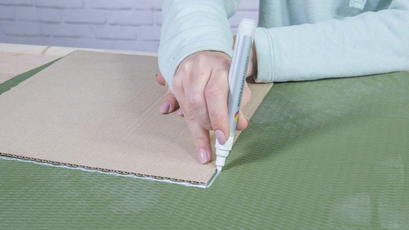 Rotulador marcando un cuadrado en una de las alfombras