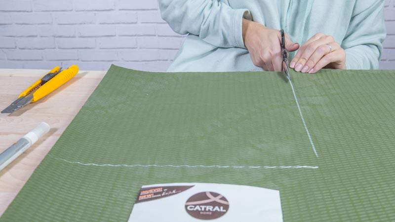 Tijeras cortando una de las alfombras