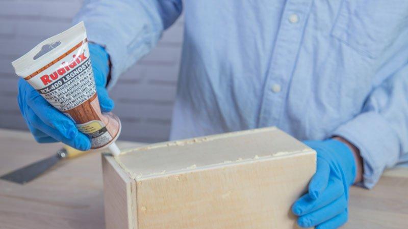 Aplicación de la masilla para sellar la madera