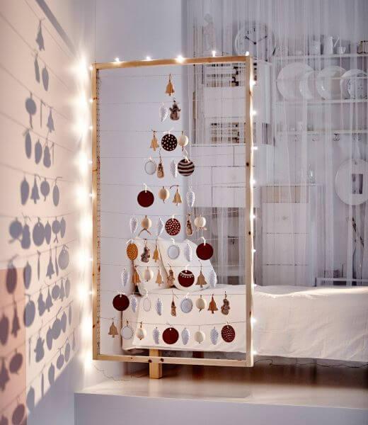 arboles-de-navidad-originales-marco-de-madera-y-bolas-colgando