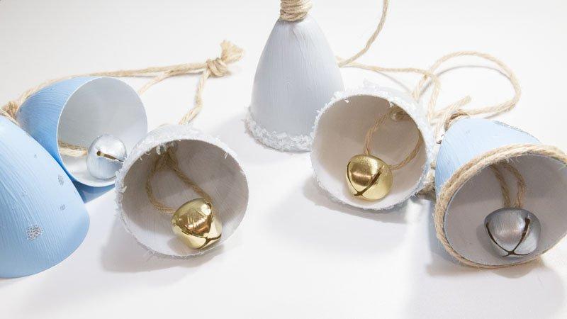 Campanas navideñas con copas de plástico