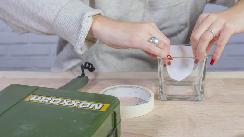 Colocación de la plantilla en el vaso antes de grabar el vidrio