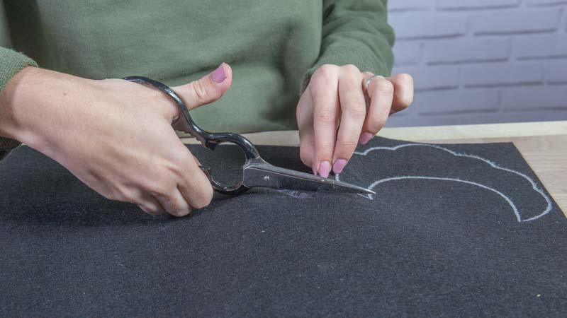 Tijeras cortando la base de fieltro