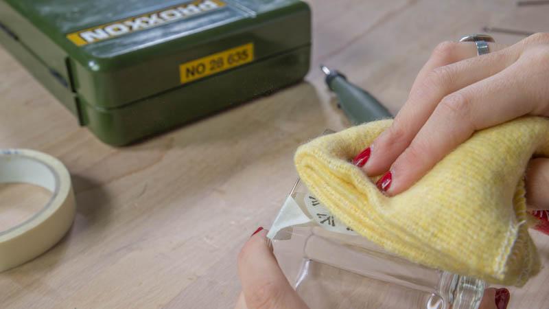 Trapo limpiando el polvo generado por el grabador de vidrio