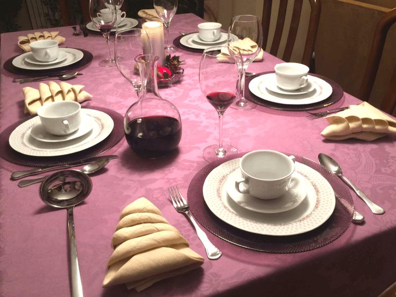 servilletas con forma de árbol de Navidad en mesa de Navidad