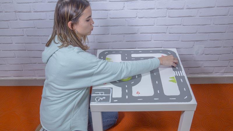 Mesa de ikea customizada con una pista para coches