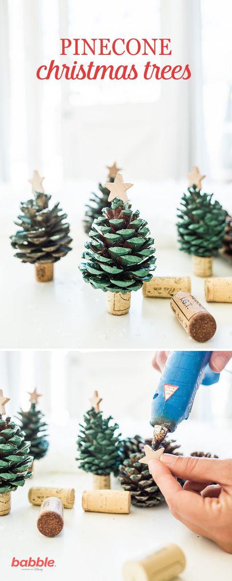 Arbolitos navideños con tapones de corcho y piñas