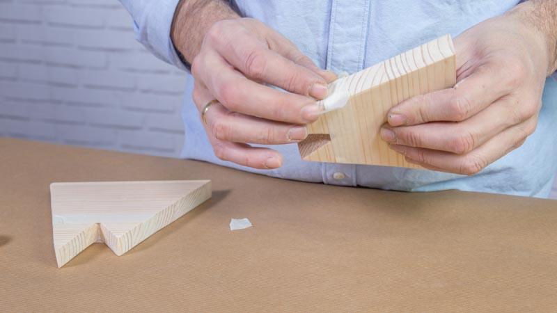 Aplicación de cinta de carrocero para pintar la madera