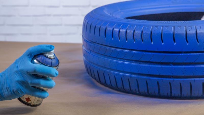 Pintura en spray pintando el neumático