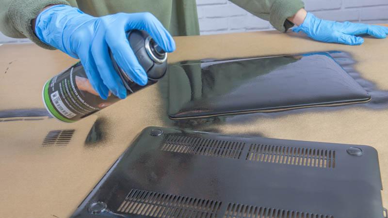 Aplicación del recubrimiento vinílico sobre la funda de portátil