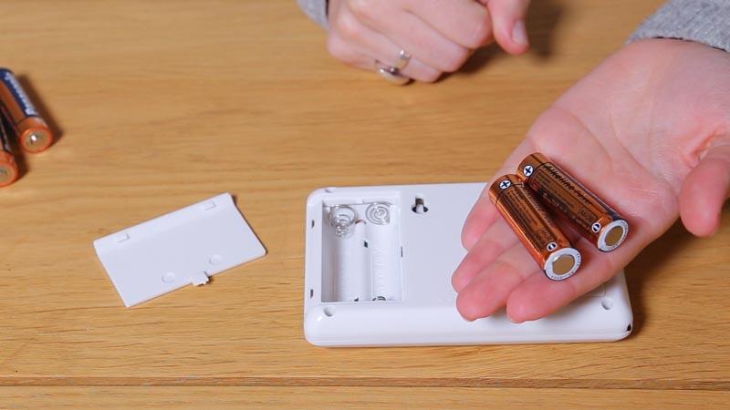 Instalación de las pilas en el cronotermostato de Simon Brico
