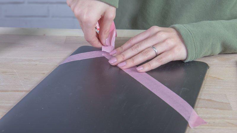Aplicación de cinta de carrocero sobre la funda del portátil