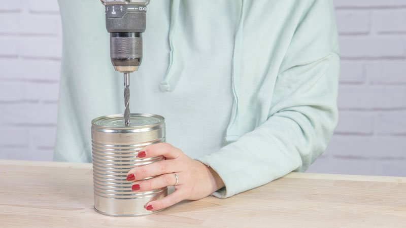 Taladro haciendo agujeros en la lata