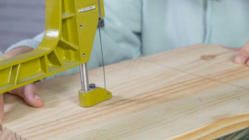 Sierra de marquetería de Proxxon cortando la madera