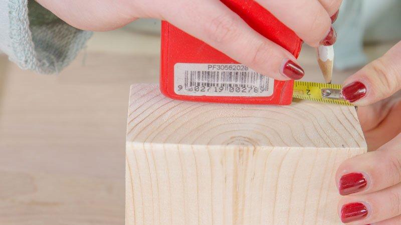 Flexómetro marcando la base de madera