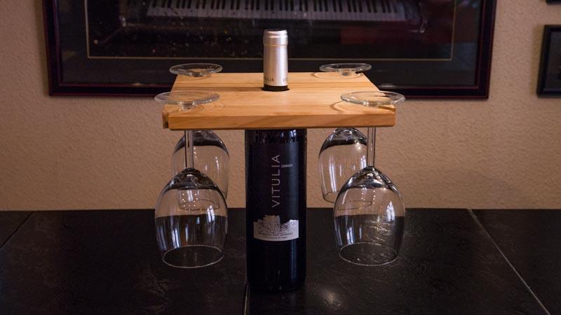 Soporte para copas con una botella de vino