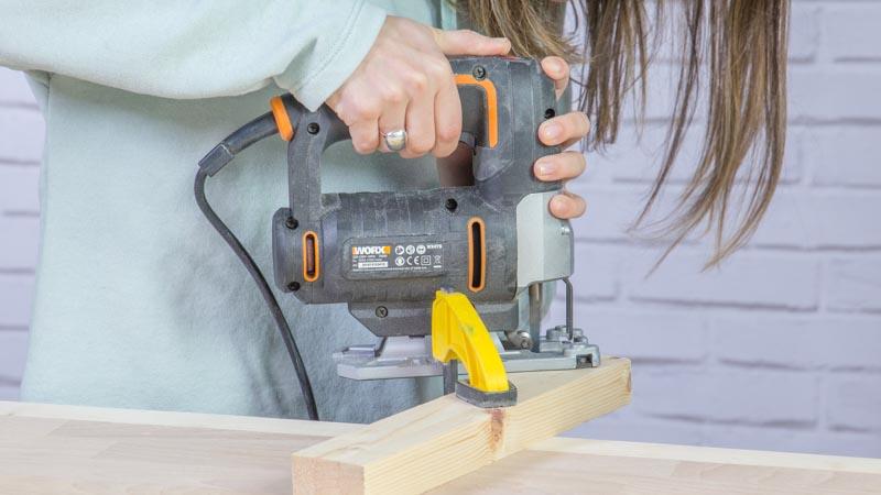 Sierra de calar cortando la base de madera
