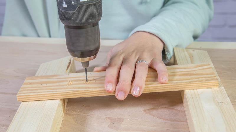 Taladro haciendo agujeros en la base de madera