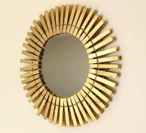Espejo dorado con pinzas de la ropa