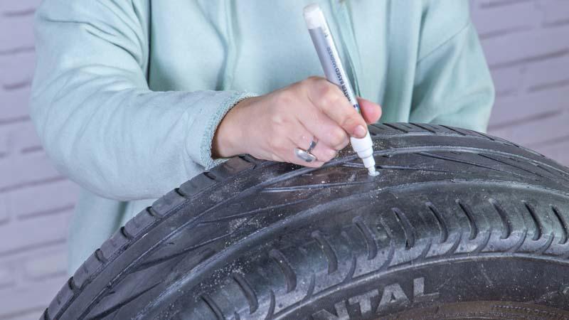 Rotulador marcando los puntos en los que van los agujeros para unir la madera al neumático