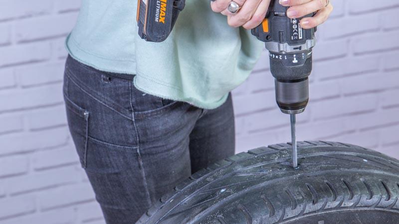Taladro haciendo los agujeros sobre la goma