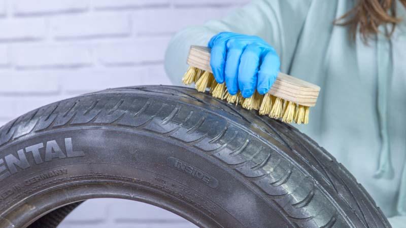 Cepillo limpiando la superficie del neumático