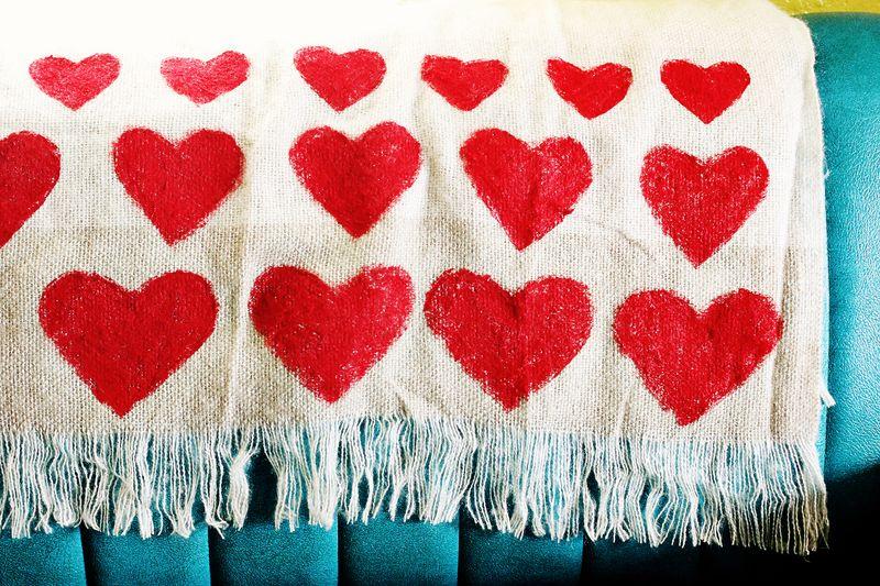 Manta con corazones estampados