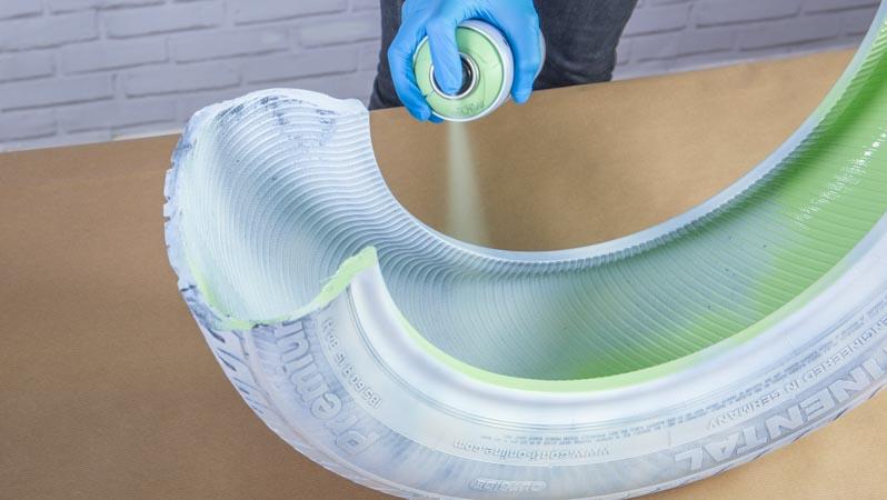 Aplicación de la pintura en spray sobre el neumatico