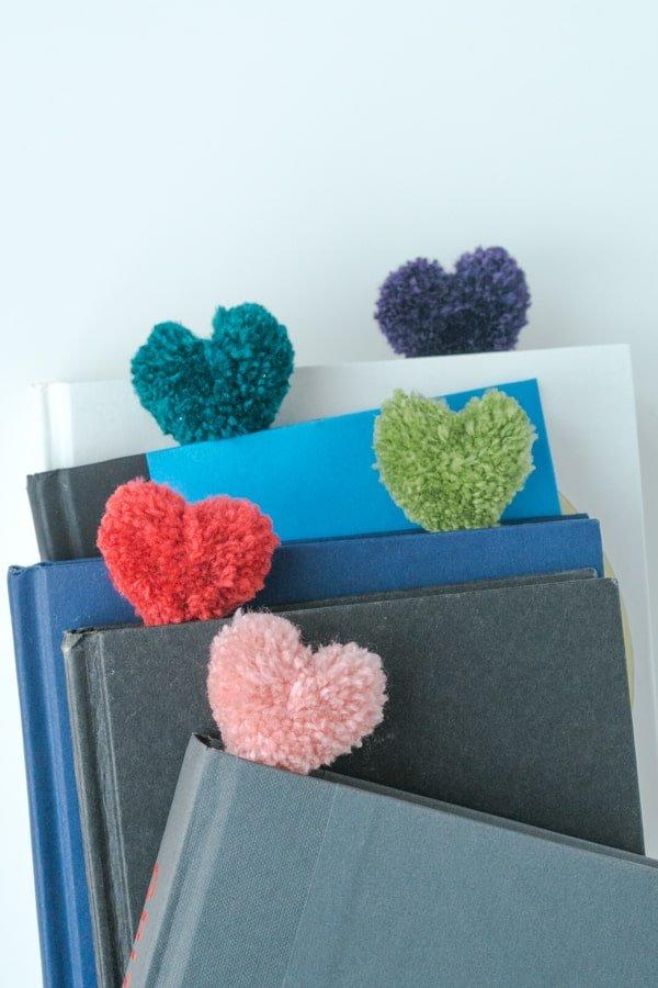 Separalibros con pompones: manualidades de San Valentín